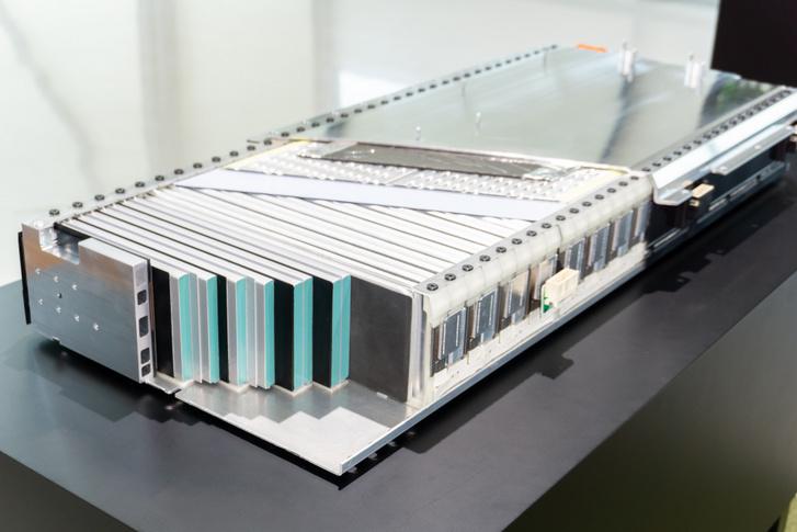 Az akku cellái hasábokból álnak. Ez egy modul, amiből összesen hat alkotja a komplett csomagot