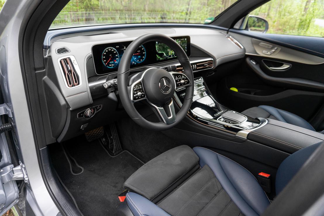 Belül az aktuális Mercedesek belső világa, ebben az a jó, hogy nagyon autószerű