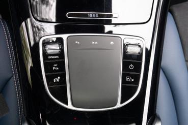 Ez meg a központi tapipad, balra a Sport-Comfort-Eco-Max Range üzemmódok választója