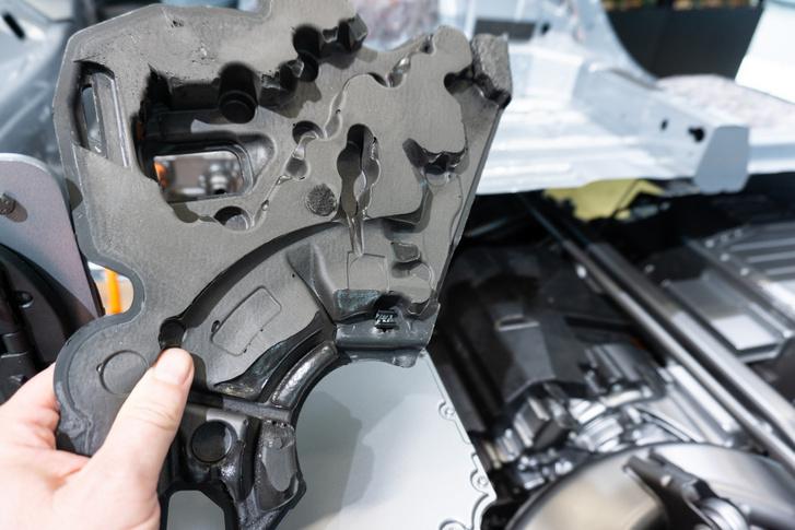A hátsó motor habbal bélelt burkolata hasonló, mint a belső égésű motoroké, csak ezt magasabb frekvenciákra hangolták