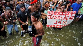 Bolsonaro kapott egy fricskát az orrára