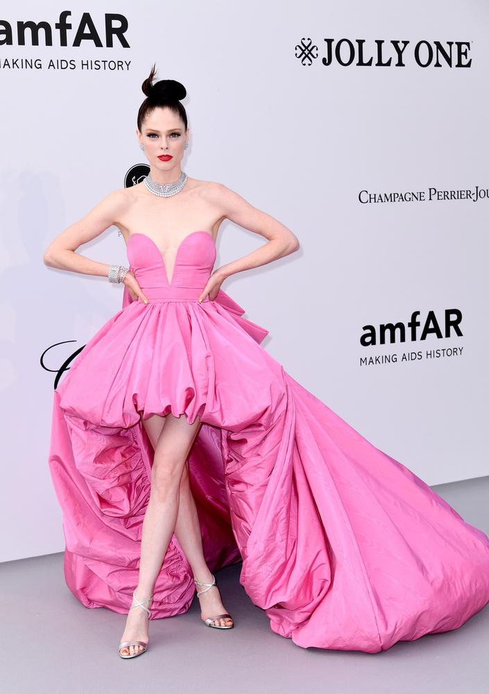 Coco Rocha modellel kezdjük azoknak a sorát, aki picit merészebb ruhával álltak a kamerák elé