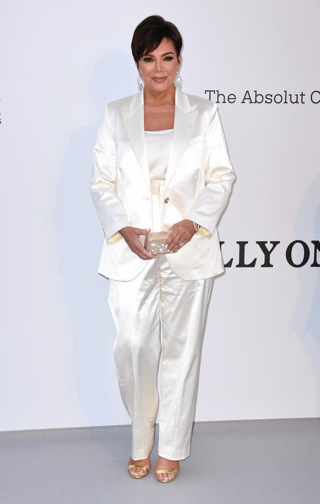 Szintén fehérben és konszolidáltan tűnt fel a gálán a Kirs Jenner, de most már elég volt a szégyellős sztárokból, mutatunk néhány merészebb ruhakölteményt