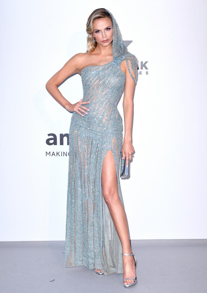 Natasha Poly szürkéskék színű, aszimmetrikus ruháját viszont már nem vádolhatjuk meg azzal, hogy túl sokat takar, ...