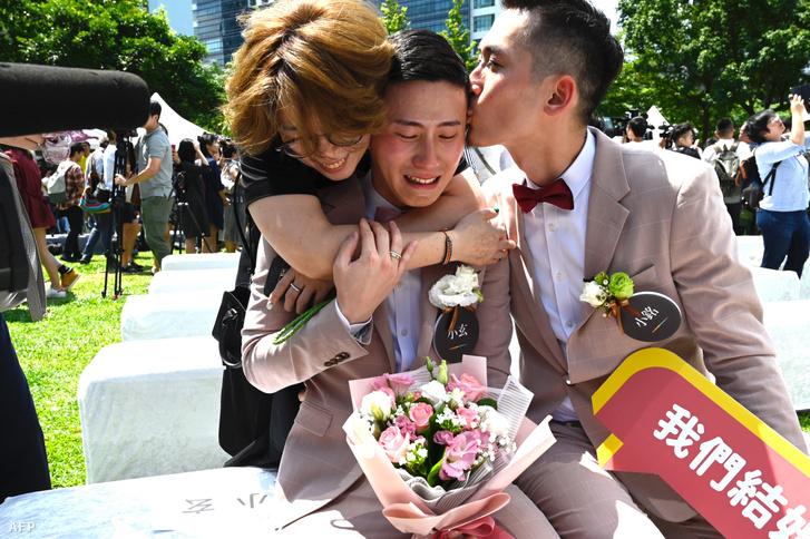Shane Lin (középen)és partnere Marc Yuan (jobbra) és egy barátjuk az esküvőjükön Shinyi tartományban, Tajpejben 2019. május 24-én