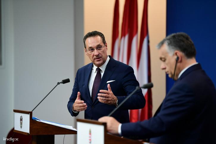 Orbán Viktor miniszterelnök (j) és Heinz-Christian Strache osztrák alkancellár sajtótájékoztatót tart tárgyalásuk után a Karmelita kolostorban 2019. május 6-án
