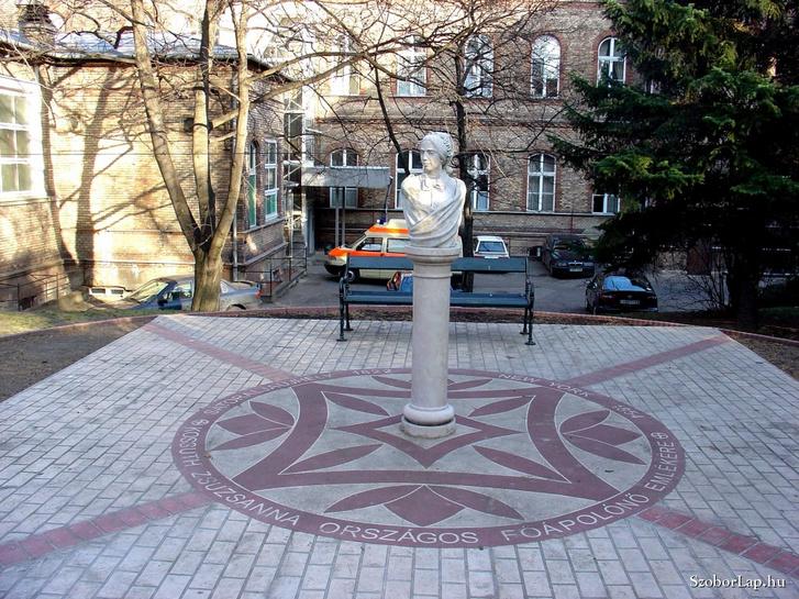 Kossuth Zsuzsanna mellszobra még a felirattal
