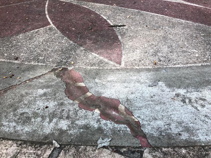 Kikukucskál a felirat a beton alól