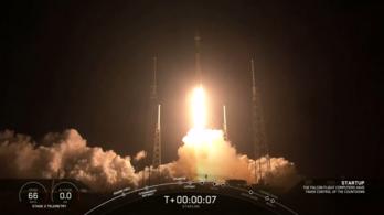 Felbocsátották a SpaceX űrinternetének első 60 műholdját