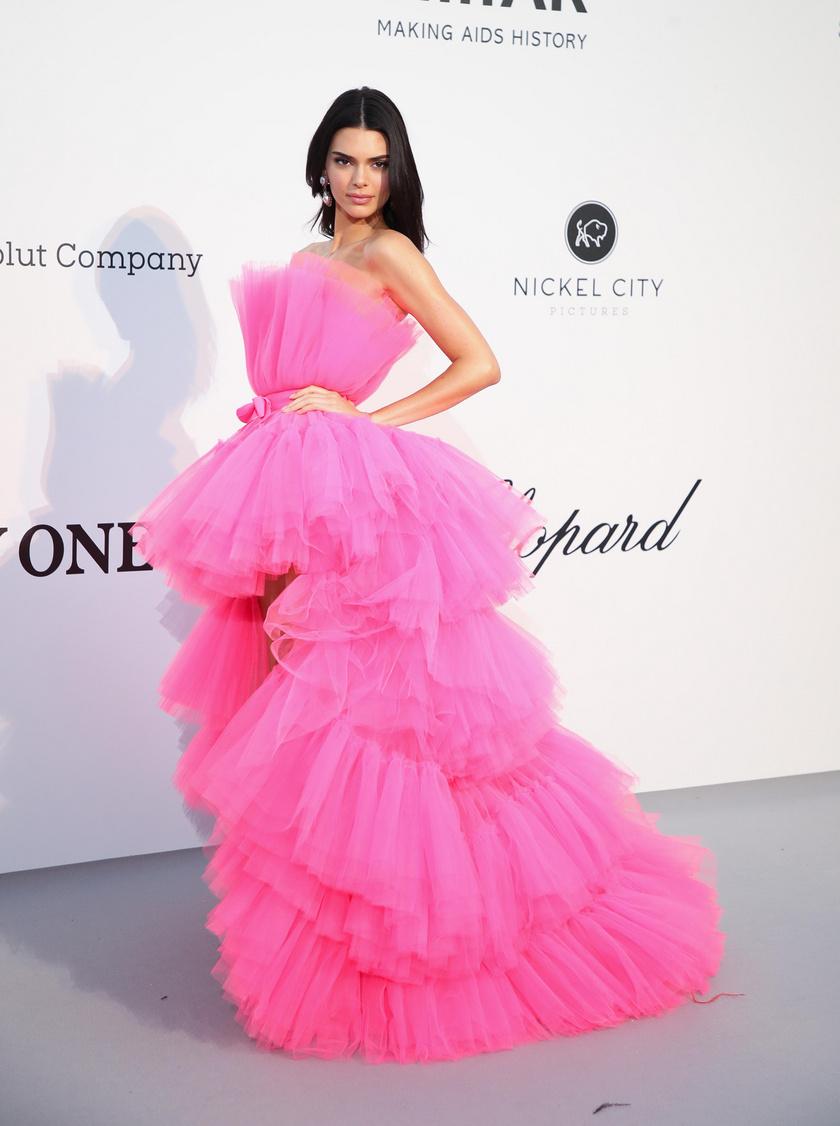 Kendall Jenner Giambattista Valli x H&M-ruhájára biztos, hogy rengetegen le fognak csapni - főleg, hogy online már május 25-től kapható lesz.