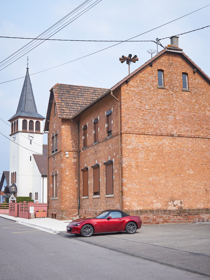 Elzászi városháza az elmaradhatatlan légószirénával. Kőhajításnyira a német határ