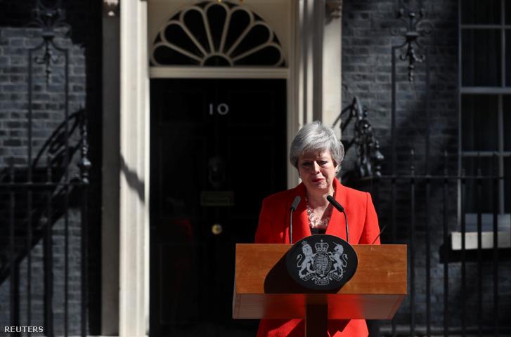 Péntek reggel közölte a világsajtóval, hogy únius 7-én lemond a Konzervatív Párt vezetéséről. Addig marad miniszterelnök, amíg a toryk kiválasztják utódját.