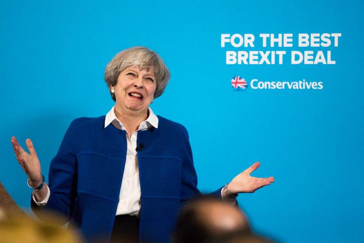 Theresa May 2017 május 30-án Wolverhamptonban kampányol a júniusi választások előtt.