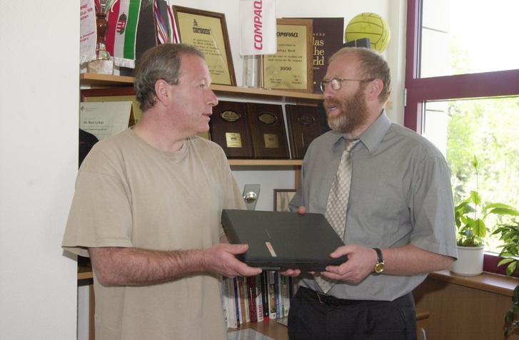 Beck György átadja Vámos Miklós laptopját a Compaq támogatásaként 2001. május 2-án
