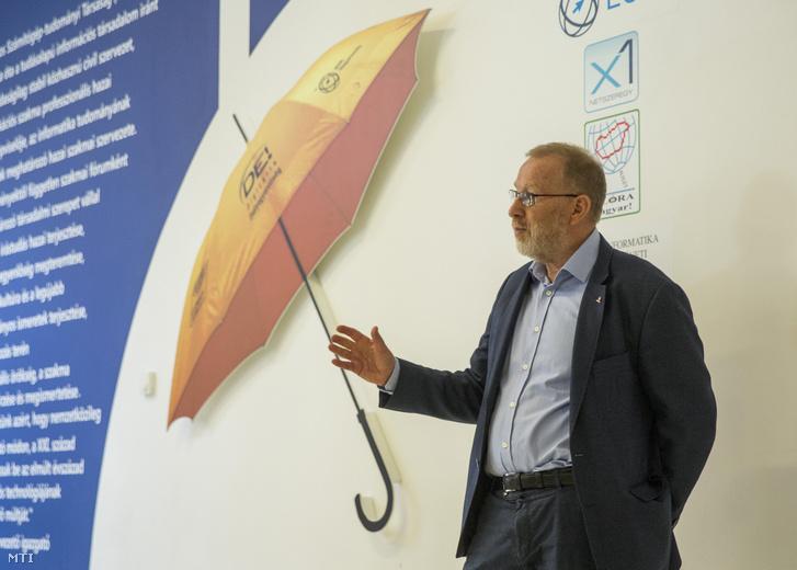 Beck György, a rendező Neumann János Számítógép-tudományi Társaság (NJSZT) elnöke megnyitja a mobiltelefonok történetét bemutató kiállítást a szegedi Szent-Györgyi Albert Agórában 2019. április 15-én