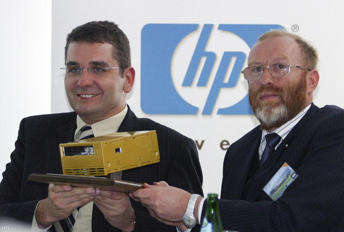Kóka János gazdasági és közlekedési miniszter (b) átveszi a jubileumi HP szalagos tárolót Beck Györgytől, a HP (Hewlett-Packard) Magyarország vezérigazgatójától azon az ünnepélyes sajtótájékoztatón, ahol bejelentették, hogy a HP elkészítette az egymilliomodik tárolóegységet Magyarországon, a zalaegerszegi Flextronics-gyárban