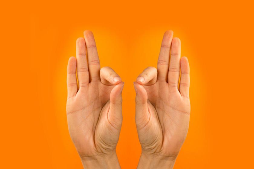 Gyan mudra - a képen látható kéztartás, a mutató- és hüvelykujjak találkozása kimerültség ellen válhat be. Mindkét kézzel érdemes felvenni a pozíciót, a kezeket térdre helyezve vagy mellkasmagasságban oldalra tartva.