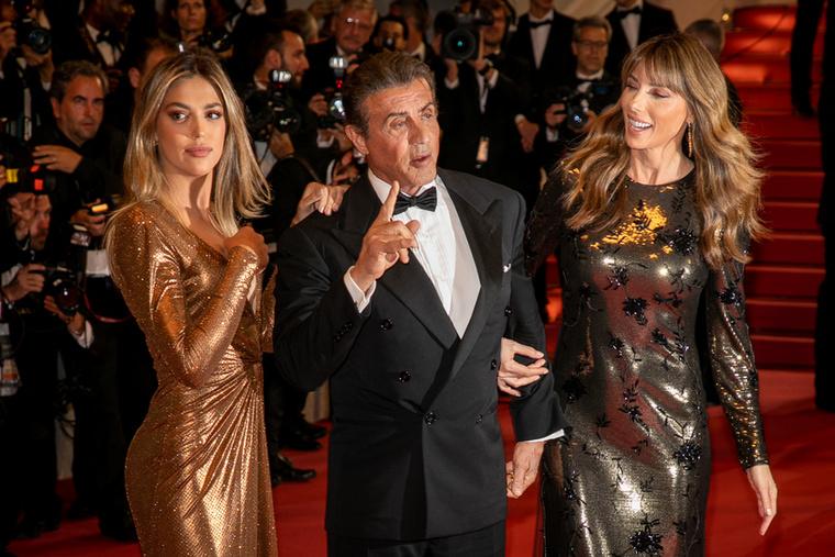 Hölgykoszorúval érkezett a Cannes-i Filmfesztiválra Sylvester Stallone, ahol idén már rengetegen villantották meg keblüket vagy lábukat