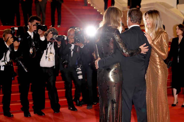 Valamennyi gálánsság azért még Stylvester Stallonéban is maradt, aki néhány kép kedvéért átölelte a feleségét és a lányát, hogy együtt pózoljanak a kameráknak