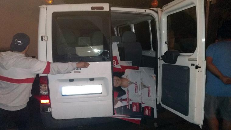 41 MSZP-s műanyagtáblával a furgonjukban érték tetten a fideszes aktivistákat