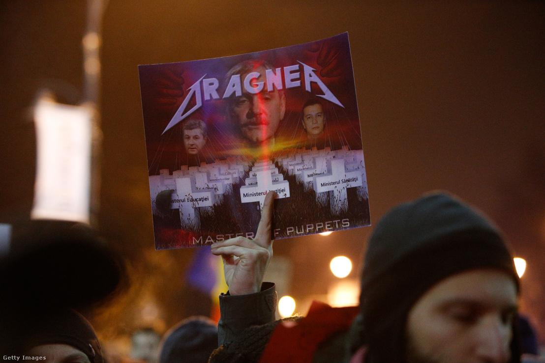 A bábjátékos. Liviu Dragneát kifigurázó tábla a 2017. február 5-ei több százezres korrupcióellenes tüntetésen, Bukarestben.