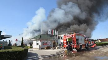 1800 négyzetméteren égett egy műanyaggyártó üzem Jászladányban