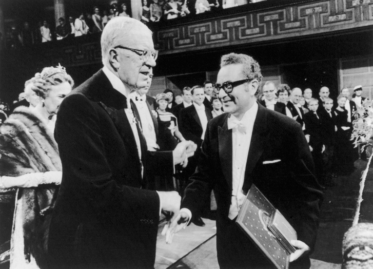 Murray Gell-Mann és VI. Gusztáv Adolf svéd király a fizikai Nobel-díj átadásakor.
