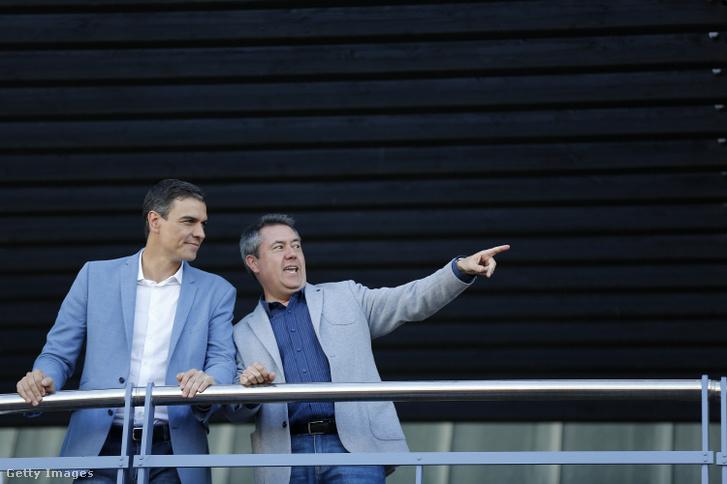 Pedro Sanchez spanyol szocialista miniszterelnök és Juan Espadas sevillai polgármester május 22-én, az EP-választásokra készülve