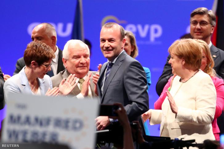 Manfred Weber Angela Merkel és Annegret Kramp-Karrenbauer társaságában az Európai Néppárt kampányzáró gyűlésén, május 24-én, pénteken