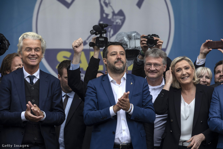 Geert Wilders (balra), Matteo Salvini (középen) és Marine Le Pen (jobbra) az olasz Északi Liga párt nagygyűlésén
