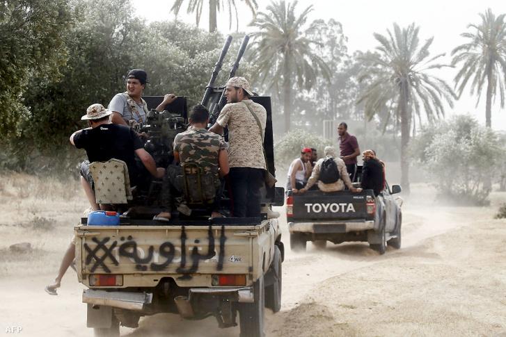 A líbiai kormányhoz hűséges harcosok 2019. május 25-én, Tripoli-tól délre.