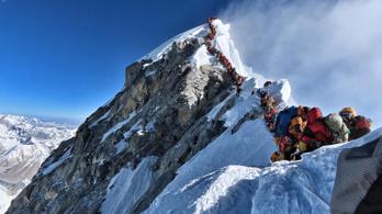 Újabb három hegymászó halt meg a Mount Everesten a hatalmas tömeg miatt