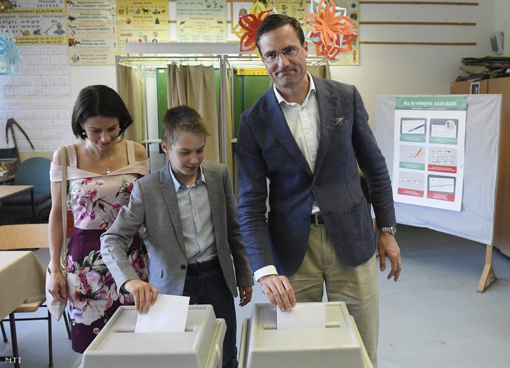 Gyöngyösi Márton, a Jobbik EP-listavezetője felesége, Ágnes és fiuk, Huba társaságában leadja szavazatát az európai parlamenti választáson a Nagykovácsi Általános Iskolában kialakított 6-os számú szavazókörben 2019. május 26-án