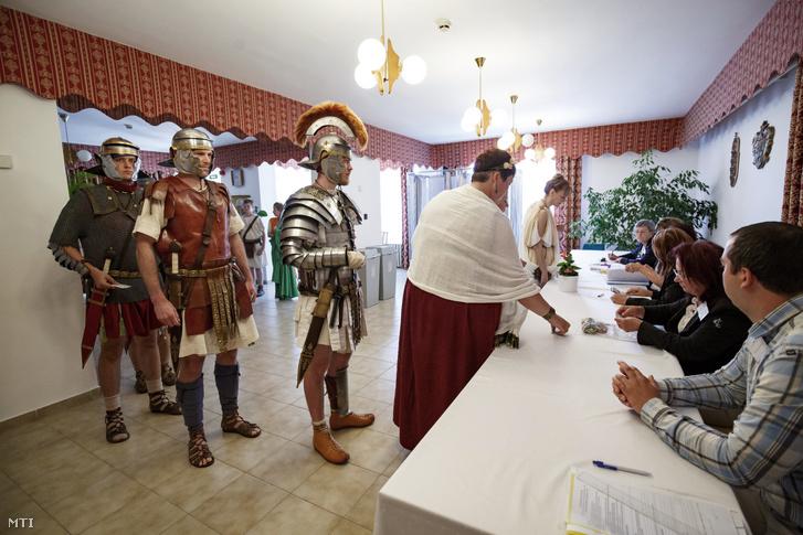 A Colonia Rostallo Kulturális és Hadtörténeti Alapítvány római kori hagyományőrző tagjai az európai parlamenti választáson a nemesvámosi polgármesteri hivatalban kialakított szavazókörben 2019. május 26-án.
