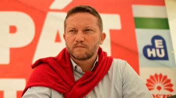Hazaküldték átöltözni az MSZP szavazóköri biztosát, mert piros inget viselt