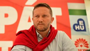 Hazaküldték átöltözni MSZP szavazóköri biztosát, mert piros inget viselt