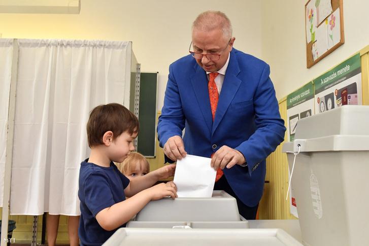 Trócsányi László igazságügyi miniszter, a Fidesz-KDNP EP-listavezetője leadja szavazatát családja körében az európai parlamenti (EP) választáson a XII. kerületi Tamási Áron Általános Iskolában kialakított 36-os szavazókörben 2019. május 26-án