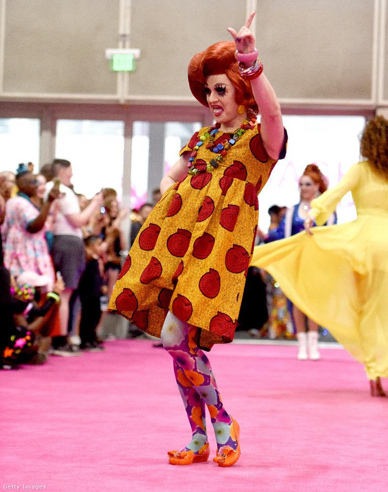 Van némi átfedés a drag queenek és a bohócok között, és Tammie Brown ezzel a szettel mintha direkt rájátszana erre a megállapításra.
