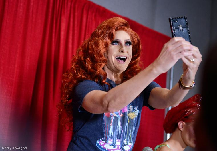 Ő Carson Kressley, akit nem szoktunk drag queenként látni