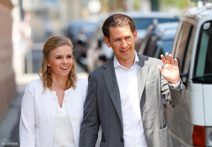 Sebastian Kurz és barátnője, Susanne Thier szavazni érkeznek egy bécsi szavazóhelyiséghez