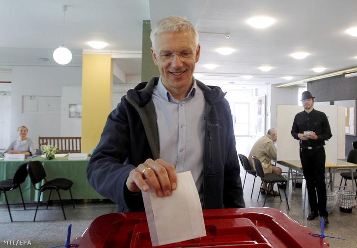 Krisjanis Karins lett miniszterelnök voksol egy rigai szavazóhelyiségben az európai parlamenti (EP) választáson 2019. május 25-én.