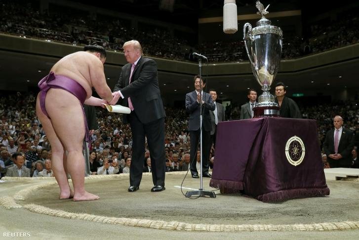 Trump díjat ad át a tokiói szumómeccs után.