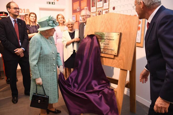 Erzsébet királynő és a tiszteletére készített emléktábla.