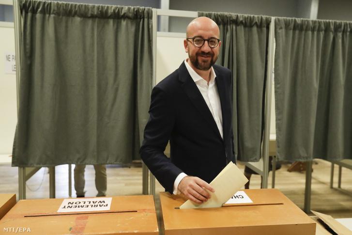 Charles Michel belga miniszterelnök leadja szavazatát az európai parlamenti (EP) választáson Wavréban 2019. május 26-án.