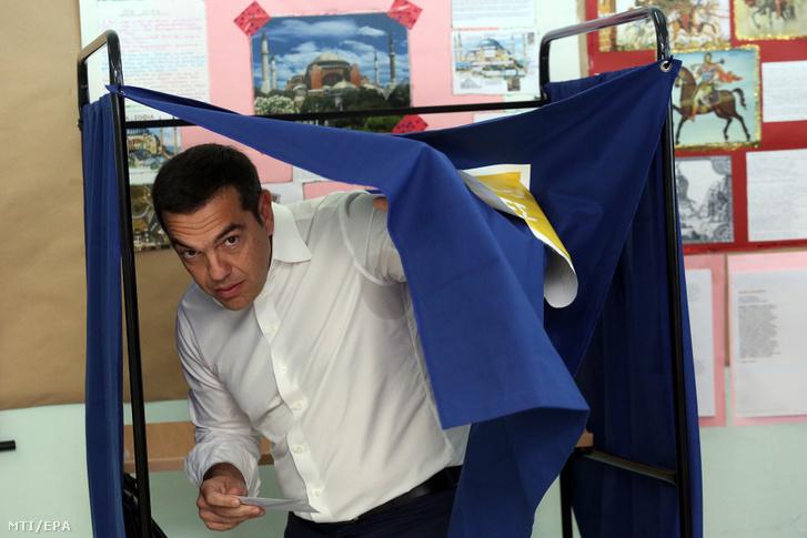 Alekszisz Ciprasz görög miniszterelnök kilép egy szavazófülkéből az európai parlamenti (EP) választáson Athénban 2019. május 26-án.