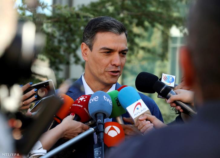 Pedro Sánchez miniszterelnök a Spanyol Szocialista Munkáspárt (PSOE) fõtitkára újságíróknak nyilatkozik egy szavazóhelyiségbõl távozóban az európai parlamenti (EP) választáson Pozuelo de Alarconban 2019. május 26-án.