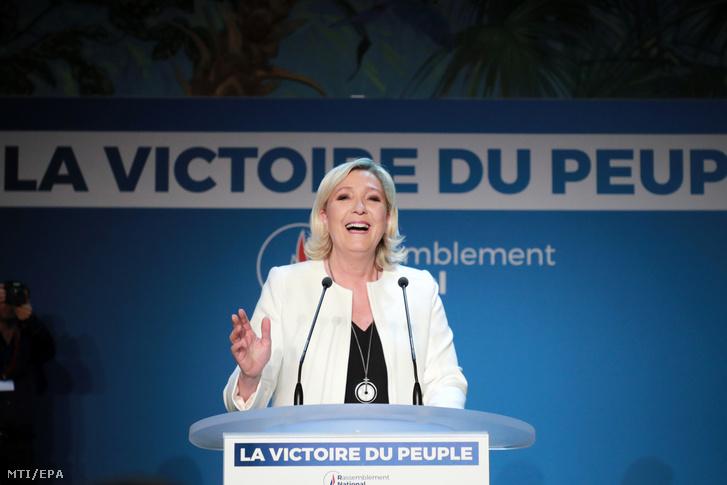 Marine Le Pen, a francia Nemzeti Tömörülés (RN) párt elnöke az európai parlamenti választásokon szavazók kikérdezésén alapuló közvélemény-kutatások első eredményeinek megismerése után Párizsban 2019. május 26-án