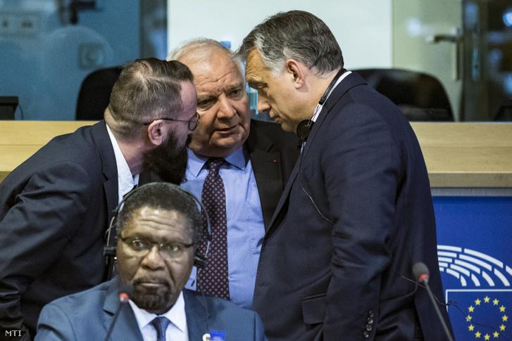 Orbán Viktor miniszterelnök (j), Joseph Daul, az Európai Néppárt elnöke (szemben, k) és Szájer József fideszes európai parlamenti képviselő (b) a kereszténydemokrata pártokat tömörítő politikai szövetség, a CDI tanácskozásán Brüsszelben 2019. április 10-én