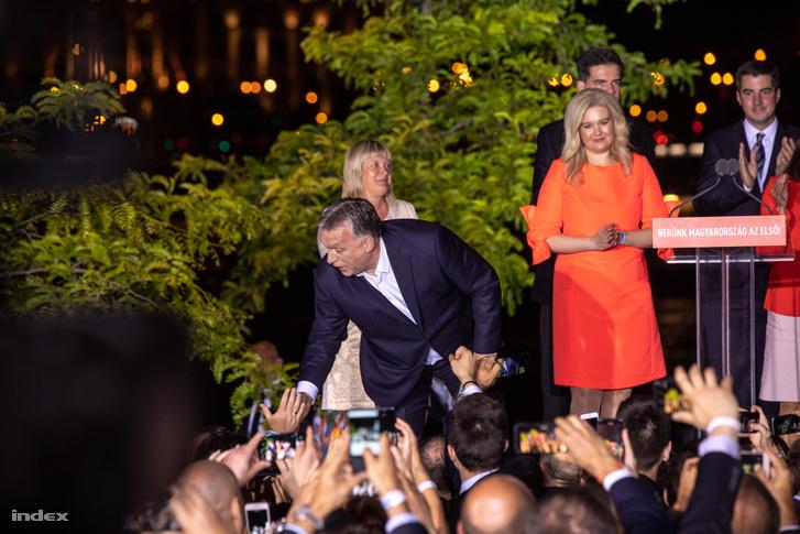 """Orbán Viktor győzelmi beszédében köszönetet mondott azoknak, akik részt vettek a választáson. Mint mondta, Magyarország azt bizonyította a magas részvétellel, hogy európai nemzet, és hogy a magyaroknak Európában van a helyük. """"Itt van a mi hazánk is, ezért meg is akarjuk változtatni"""" – jelentette ki a kormányfő."""