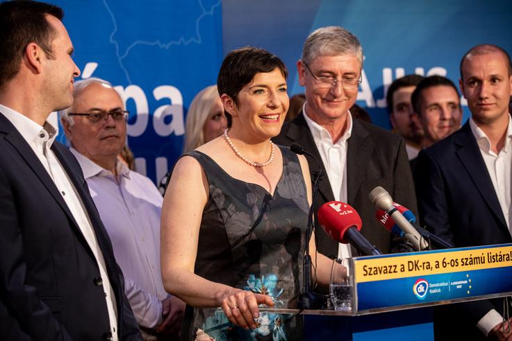 Gyurcsány után felesége, egyben a DK európai parlamenti listavezetője, Dobrev Klára mond beszédet. Először is a DK több ezer aktivistájának mond köszönetet, akik évek óta ellenszolgáltatás nélkül dolgoznak.